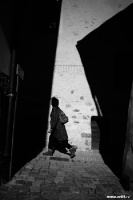 Человек, проходящий между домами | art59.ru